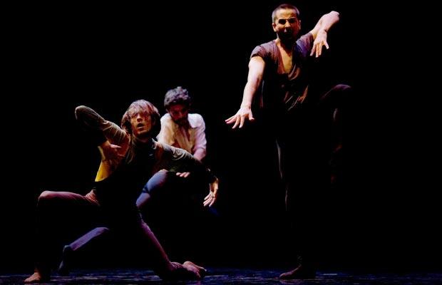 Immanence-(Andonis-Foniadakis)---danseurs-Gr+®goire-Daujean,-Alexandre-Van-Hoorde-et-Thomas-Hinterberger---photo-Je